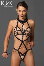 Body harnais O-ring cups - Body harnais clouté avec des anneaux O ring qui capturent les tétons, et une laisse accrochée au collier.