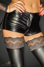 Short Selfish - Short sexy en wetlook avec double zip, joliment décoré d'un laçage sur les poches arrières.